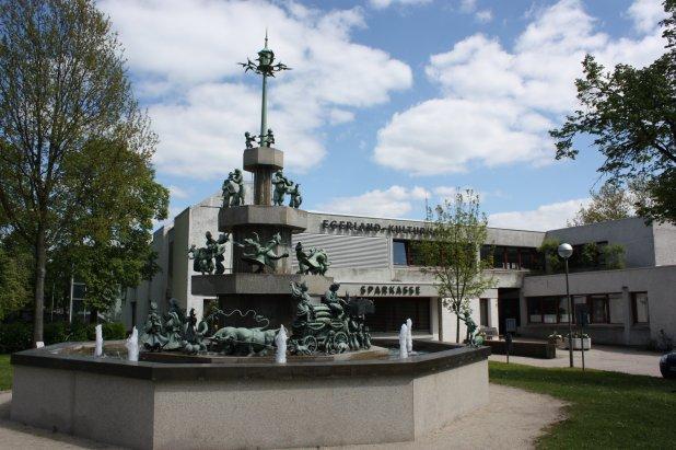 Egerland-Kulturhaus Marktredwitz mit Brunnen